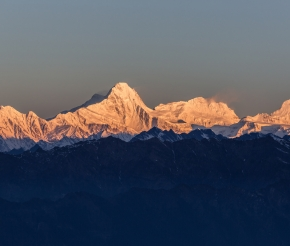 Снежные вершины в золотых лучах утреннего солнца...