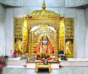 В храме Манса Деви