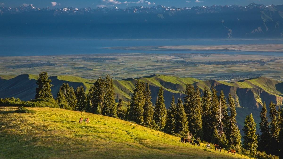 Вид на Иссык-Куль. Фото: Михаил Самарин