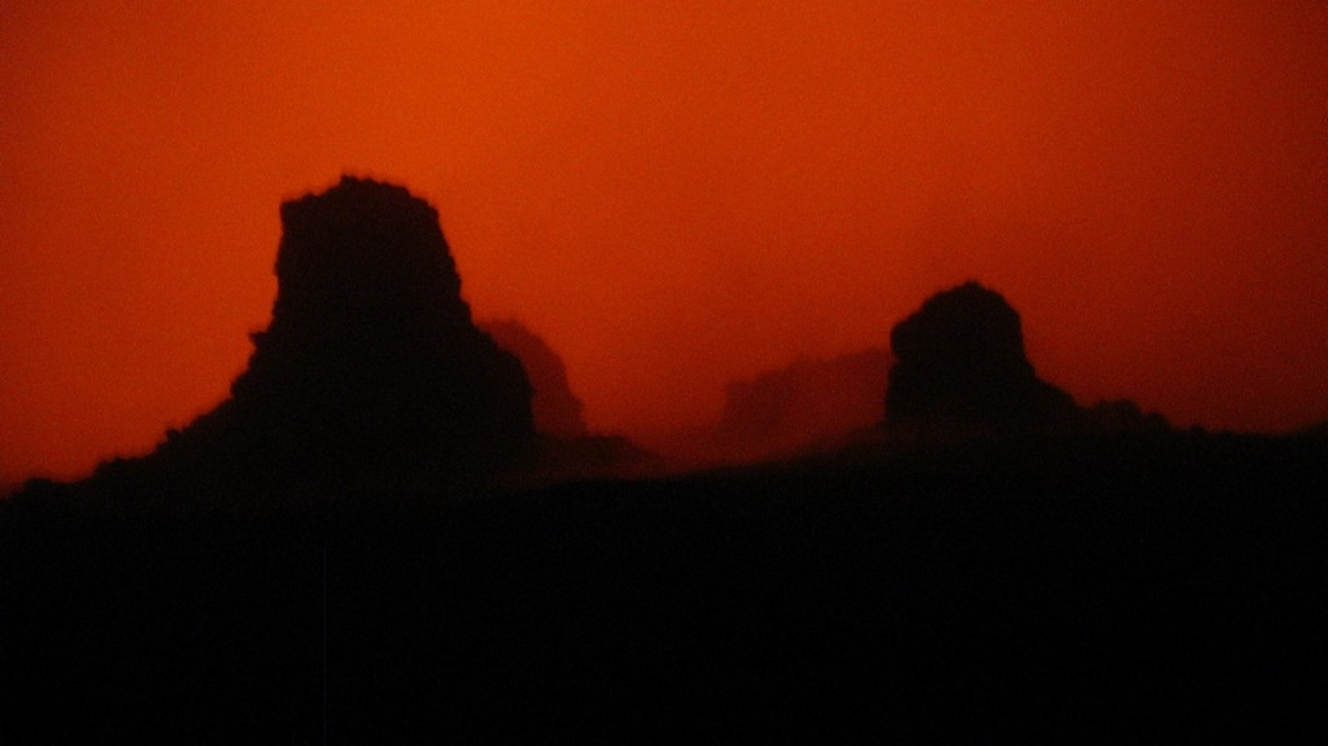 Во время извержения в 2013 году туман подсвечивался красным.