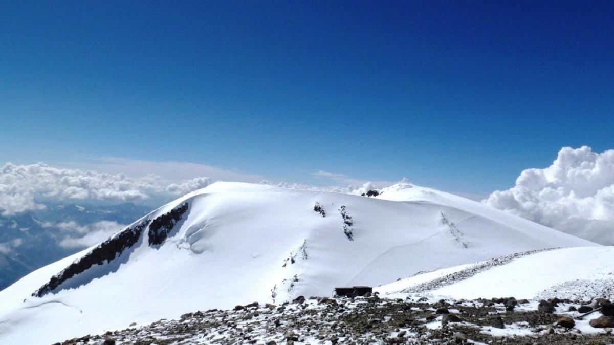 5621 м, вид на Западную вершину (5642 м)