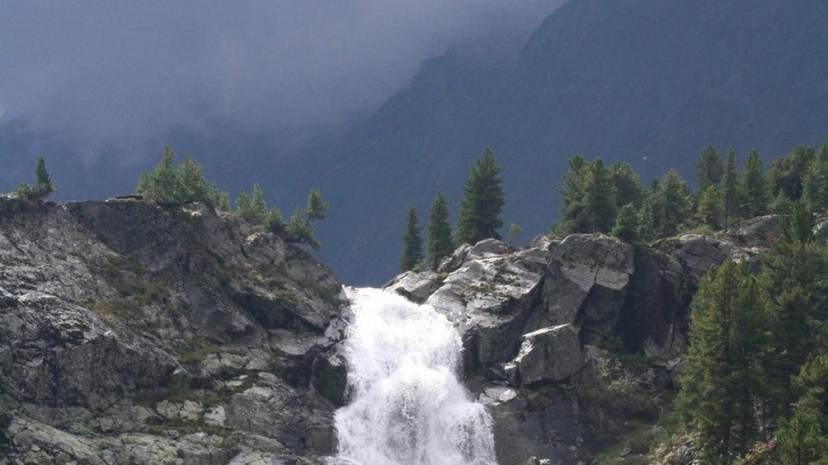 Вид из палатки на водопад Куйгук.