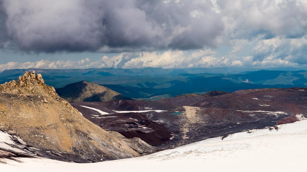 Вид на ледовое озеро и пик Калицкого, фото Дениса Агапова