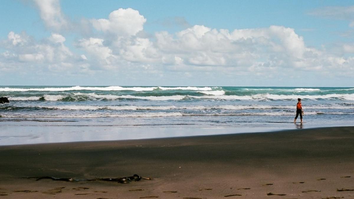 Как приятно после перелета прогуляться по берегу Тихого океана!