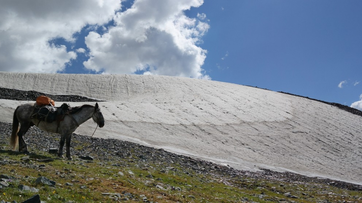 Снежник на спуске с перевала