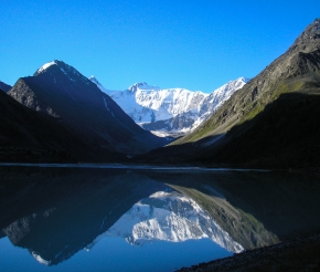 Белуха отражается в озере Аккем