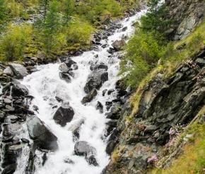 идем мимо водопада