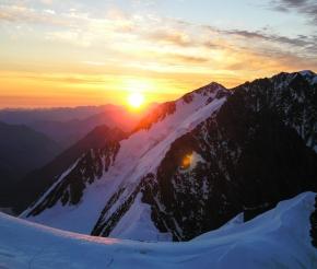 солнце встает над горой