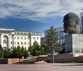 В Улан-Удэ находится самый большой памятник вождю пролетариата В. И. Ленину. И состоит он всего лишь из головы вождя