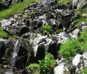 Небольшие водопады по дороге
