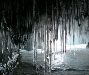 Грот на острове Огой украшен сотнями сосулек
