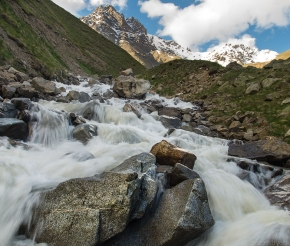 Полноводная река Ирик, фото Дениса Агапова