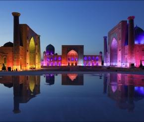 Вечернее лазерное шоу в Регистане