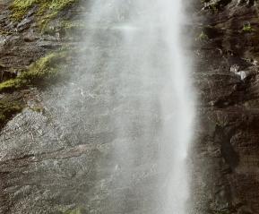 Мы подплыли под сам водопад!