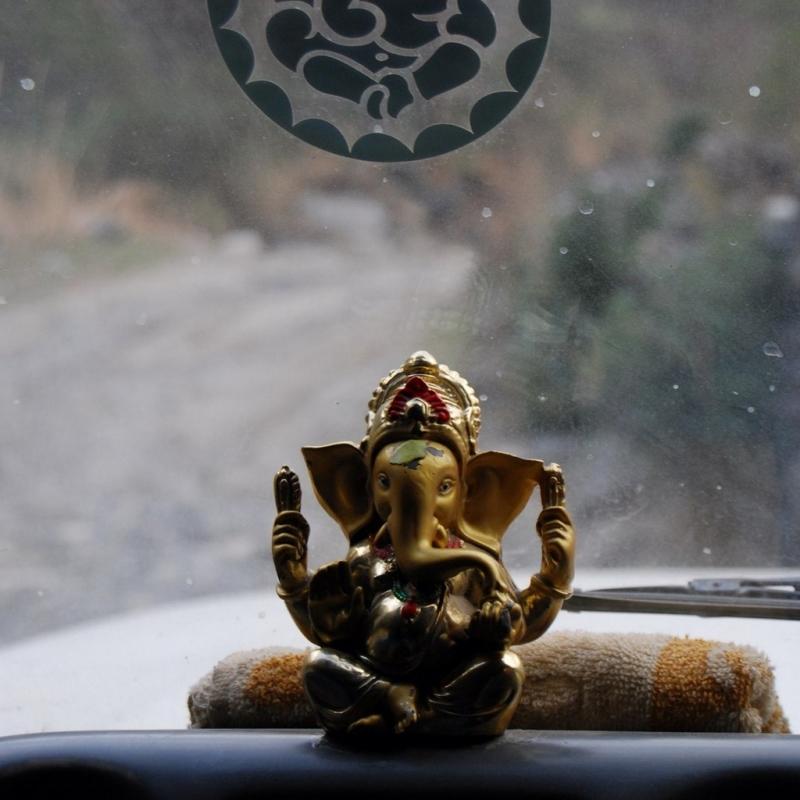 Сколько же у непальцев в машине оберегов!