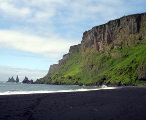 Пляж с чёрным вулканическим песком возле деревни Вик