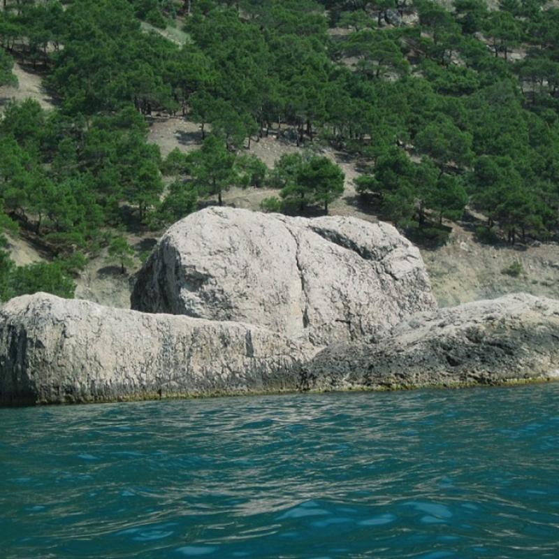Скалы на берегу